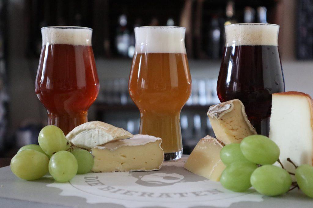 Bier und Käse auf einer Platte